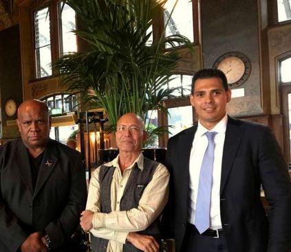 Frontman en Presentator Leo Reawaru, Federatie Indische Nederlanders(FIN) Hans Moll & Michael Lentze.