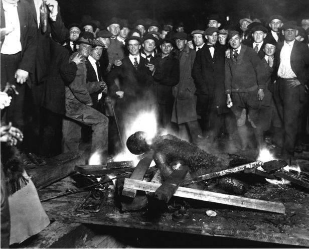 Will Brown, victim of Omaha, Nebraska KKK-lynching. The charred corpse of Will Brown after being killed, mutilated and burned. 28 September 1919 © Wikipedia / University of Washington